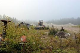 Auran ja Pöytyän rajalla ysitien varressa sijaitsevasta betonikaatopaikasta on tehty useita ilmoituksia ympäristönsuojeluun. Ympäristönsuojelulautakunta on määrännyt alueen siivottavaksi ja langettanut uhkasakon siivoustyön edettyä liian hitaasti.
