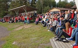 Viime sunnuntaina Kumilan Kymppi-Katto Areenalla nähtiin ennätyksellinen yleisö. Runsaita kannustusjoukkoja toivotaan katsomoon myös tulevana lauantaina. Kuva: Paula Pellonperä