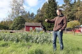 Maasuodattamo vie noin 10 neliön alan nykyisen kasvimaan alapuolelta. –Alueesta tulee rauhoitettu vyöhyke. Ruohon voi alueelta ajaa, mutta raskaampaa konetta se ei kestä, pöytyäläinen Antti Kajala kertoo.