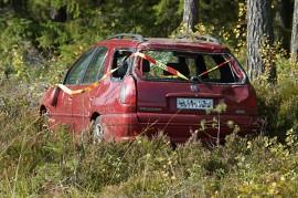 Henkilöauto suistui kymppitieltä Tyllin teollisuusalueen tuntumassa. Kuva: Simo Päivärinta