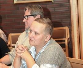 Katri Keloniemi kertoi Pöytyän valtuustolle, ettei Pasi Lepistö kuulu enää perussuomalaisten valtuustoryhmään. Vieressä Marjatta Paunan (ps) varajäsen Jari Vainio