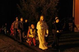 Piilosilla olon ja lyhyen hartauden jälkeen osallistujat kiersivät kirkon lyhtyjen valossa.