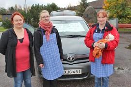 Marjo Laihia, Miia Lehtonen ja Piia Pyöli liputtavat Salon aluesairaalan synnytysosaston puolesta. Loukonkulman Marttojen mielenilmaus pidettiin Kyrön torilla.