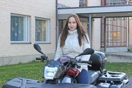 Ysiluokkalainen Jeena Jussila on ajanut traktorimönkijällä viime kesästä saakka, jolloin hän suoritti traktorikortin.
