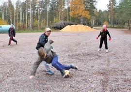 Otto Torkki ja Joonas Isotalo kävivät kovaa taistoa jalkapallossa. Takana peliä seurasivat Jarkko ja Susanna Tamminen.