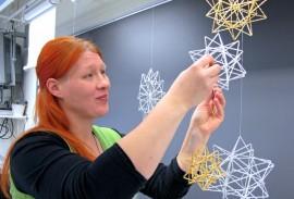 Kurssin opettajan Minna Sikiön mielestä lasiputkihimmeleissä ja -tähdissä yhdistyy hienosti vanha tekniikka ja uusi materiaali. Kuva: Kiti Salonen