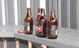Saalista päiväkodin pihalta: pullot olivat tällä kertaa ehjiä, mutta niiden ja pullonkorkkien lisäksi pihassa oli melkoisesti tupakantumppeja.