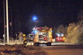 Palokunta raivasi romua noin puoli kilometriä tasoristeyksestä Auraan päin olevalla radan osalla. Kuva: Simo Päivärinta