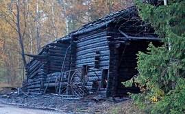 Hirsirakenteinen lato paloi Puhontiellä täysin. Kuva: Simo Päivärinta