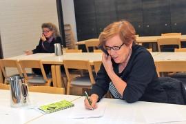 Diakoniatyön vapaaehtoinen Marja-Liisa Virtanen osallistui soittourakkaan maanantaina. Taustalla työn touhussa myös Sinikka Hutko.
