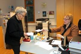 Liisa Koskisen mukaan äänestäminen on etenkin nyt tärkeää, kun Tarvasjoen seurakunta liittyy Liedon seurakuntaan. Kirsi Mielonen otti Koskisen äänen vastaan.