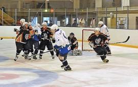 Mean Machine joutui koville sinivalkoisissa pelanneen Taru Hockeyn edustusjoukkueen käsittelyssä. Taru vei voiton lukemin 13–1. Kuva: Markku Pönni