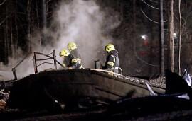 Varastorakennus paloi Auran Rahkasuontien varrella maan tasalle myöhään perjantai-iltana. Kuva: Simo Päivärinta