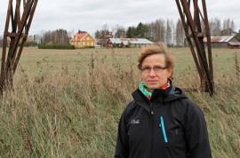 Rautarouvaksi nimetty Liedon ja Forssan välinen voimalinja halkoo Tarvasjoen Kallelassa  Olli ja Minna Hallanheimon viljelysmaita. Taustalla Hallanheimojen kotitila.