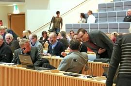 Tarvasjokelaiset valtuutetut Esa Heinonen (kesk) ja Pekka Saarnivaara (kok) valmistautuivat maanantain budjettivaltuustoon.