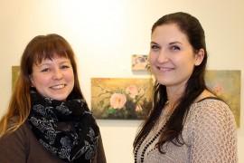 Ranja Pohjanrinne ja Anna-Mari Alkio Auranmaan Nuorkauppakarista toivovat, että Auranmaan positiivisimman etsintä saa ihmiset huomaamaan, että harmaudenkin keskellä on paljon ilon aiheita
