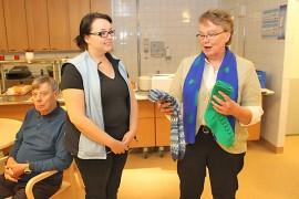 Taina Salo luovutti sukkalahjan Eläkkeensaajien käsityökerhon edustajana. Kartanokodin puolesta lahjan otti vastaan Katri Keihäs
