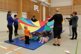 Taaperosirkuksen päätteeksi lapset rauhoitettiin torkuile sirkusvarjon alle.