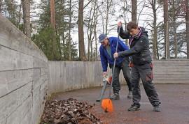 Kalevi ja Kirsi Ruusurinta ovat jo kokeneita konkareita Mustanojan koulun pihatalkoissa.
