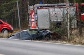 Henkilöauto suistui ajoradalta ojan puolelle Marttilassa Salontiellä. Kuva: Simo Päivärinta