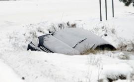 Henkilöauto luiskahti ojaan Koskella Härkätien ja Salontien risteyksessä. Kuva: Simo Päivärinta