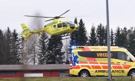 Mediheli ja ambulanssi kiirehtivät kolaripaikalle. Kuva: Simo Päivärinta.