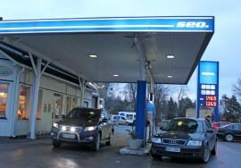 Kosken Seolla 95-bensiini maksoi keskiviikkoaamulla 1.469 euroa litralta ja diesel 1,369 euroa litralta.