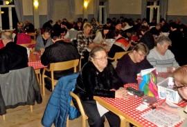 Tieto viimeisestä bingosta keräsi Mäkiäisten työväentalon lähes täyteen pelaajia. Kuva: Meeri Kivikallio