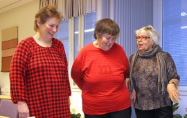Painonhallintaryhmäläiset Erja Linkki, Aila Simola ja Eeva Lehtimäki katselevat huvittuneena vaakaan päin: kuka uskaltautuu ensimmäisenä punnitukseen?