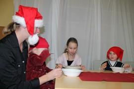 Perhekerhossa käyvät Valpuri (sylissä), Ronja ja Santeri Ollonen nauttivat puurojuhlan antimista yhdessä äitinsä Päivi Ollosen kanssa. Kuva: Nelly Rauhala