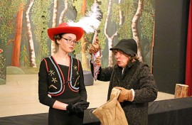 Saapasjalkakissa (Ella Lehtonen) tapaa tarinan edetessä muun muassa innokkaan riistakauppiaan (Elisa Niittymäki).