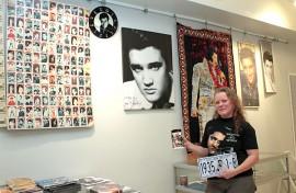 Rekisterikilpi on Jaana Syldin Elvis-kokoelman tuoreimpia hankintoja. Se löytyi auralaiselta kirpputorilta.