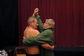 Rantsu (Erkki Kurikka) ja Vepa (Jorma Kavander) opettelevat tanssin alkeet, jotta Rantsulle löydettäisiin vihdoin nainen.
