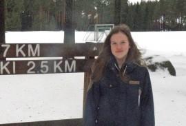 Jonna Pakola on omistautunut hiihdon harrastaja. Jos Koskella ei ole latuja, lähtee hän kohti tykkilumilatuja. Kuva: Meeri Kivikallio