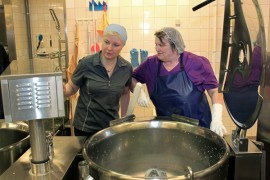 Kosken koulukeskuksessa tarjottiin  perjantaina kalakeittoa. Ravinto- ja puhdistuspalveluohjaaja Kirsi Jokela ja kokki Nina Lehtiö pesivät tulevan keskuskeittiön pataa ruokatarjoilun jälkeen.
