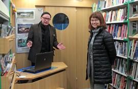 Kas tässä kirjastoauton uutuusvalikoimaa, esittelevät kirjastovirkailija Jaani Aalto ja kirjastotoimenjohtaja Päivi Kettula.