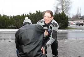 Työssään Maarit Vesterinen auttaa kaatuneita jo rutiinilla. Onneksi  suurin osa niistä kuitenkin tapahtuu lämpimissä tiloissa. (Kuvan tilanne on lavastettu.)