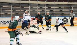 Taru Hockey rökitti Loimijoen Liekit vierasottelussa Forssassa lukemin 0–7 ja siirtyi samalla sarjakärkeen. Kuva: Markku Pönni