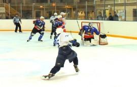 LuKi-82:n maalilla oli jatkuvaa ruuhkaa, kun Taru Hockeyn edustusjoukkue pisti tuulemaan. Kuva: Markku Pönni.
