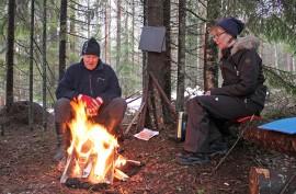 Patikka- ja laturetkillä voidaan myös grillata makkaraa nuotiolla. Auranmaan Ladun toimintaa elvyttäville Päivi Pohjolalle ja Markku Kalliolle luonnossa liikkuminen tuo hyvää oloa.