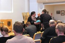 Kirjastoaloitteen lukenut Nina Suominen (sd) keskusteli ennen kokouksen alkua Esa Heinosen (kesk) kanssa.
