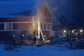 Palokunnat saivat palon rajoitettua konehallin seinään. Kuva: Simo Päivärinta.