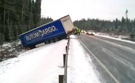 Raskas ajoneuvo liukui erittäin liukkaalta 10-tieltä ojaan perjantaiaamuna Tarvasjoella. Kuva: Simo Päivärinta.