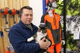 Ninni-kissa on ottanut Moto Tapsan uuden hallin heti kodikseen, eikä yrittäjä Tapani Piironenkaan näe viihtyvyydessä moittimista.