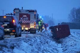Pakettiauto päätyi huonossa kelissä ojaan Sorvastontiellä. Kuva: Simo Päivärinta.