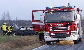 Liikenneonnettomuudet muodostavat yhä suuremman osan palokuntien lähdöistä. Kosken VPK:ta tarvittiin, kun henkilöauto suistui joulukuun 4. päivä ojaan Härkätiellä Koskella. Kuva: Simo Päivärinta