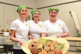 Miia Sukari, Paula Punsar ja Niina Manninen ovat tottuneet kehittelemään gluteenittomia versioita monenlaisista leipomuksista ja kisassa tuota taitoa tarvittiin.