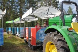 Sää suosi Okraa viime kesänä. Okran tiedottaja Minna Kylälehtonen ja näyttelypäällikkö Jukka Isotalo näyttivät, miten väsyneitä jalkoja voi lepuuttaa maatalousnäyttelyn messujunassa. Kuva: Heidi Pelander