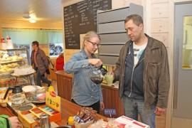 Kauppias Antero Lehto ehti avajaispäivän vilskeessä hetkeksi itsekin kahvikupin ääreen. Kuppia täyttämässä kauppiaan tytär Viola Sainio.