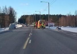 Tuuli heitti peräkärryä kuljettaneen henkilöauton ojaan katolleen. Kuva: Simo Päivärinta